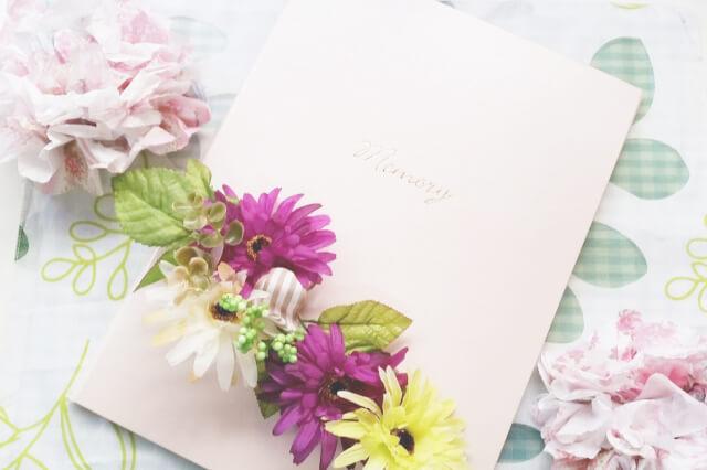 写真アルバムとお花が置かれた画像